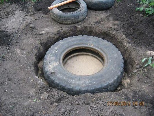 Женщина установила кучу старых шин в своем дворе, и когда она сделала это, я не мог поверить своим глазам