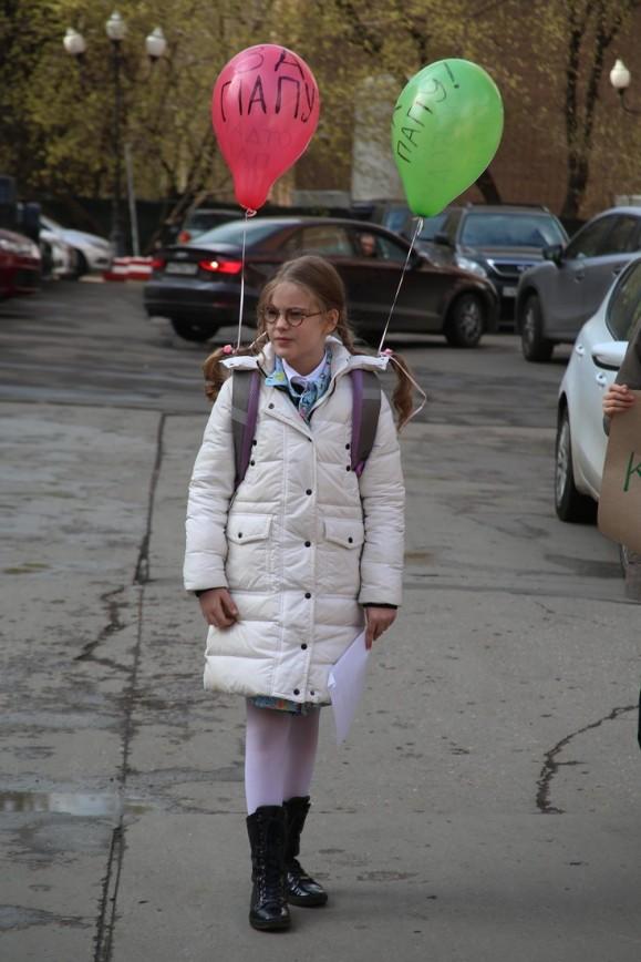 """Дочь Александра Абдулова стала """"кинозвездочкой"""": На премьеру в киноклубе «Эльдар» юная актриса пришла с мамой Юлией. Женя сыграла небольшую роль школьницы, а ее экранными родителями"""