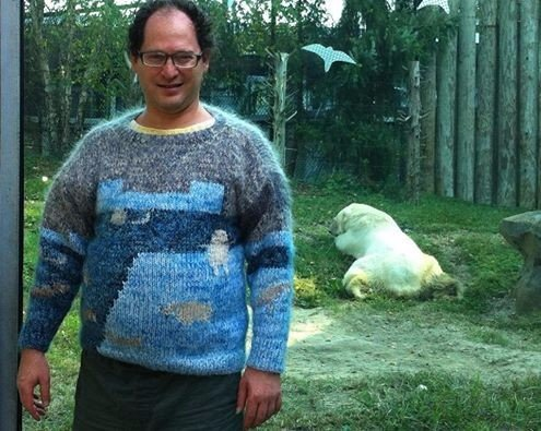 У этого парня есть свитер на все случаи жизни