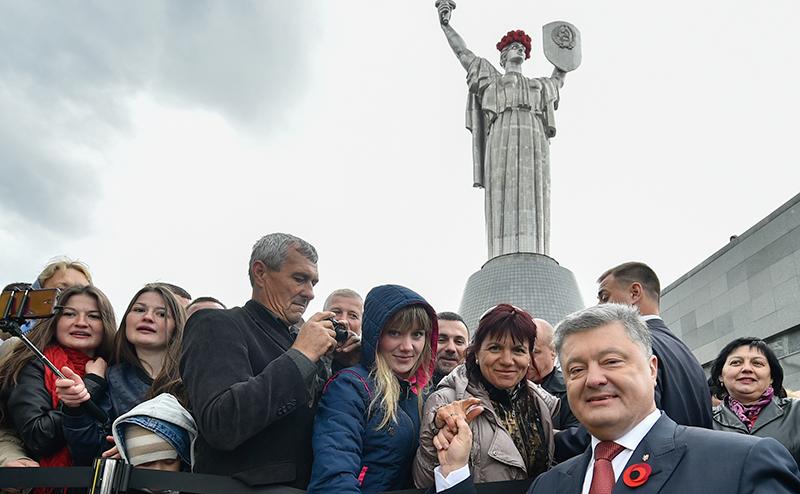 Три года Порошенко: обещанного уже не ждут