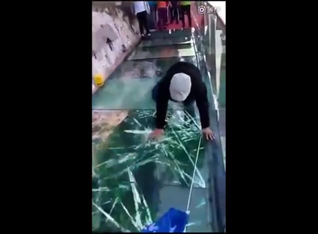Трескающийся мост под ногами