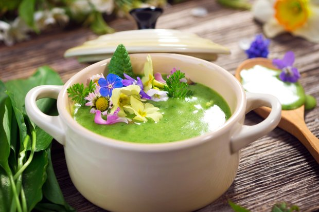 Вкусные и полезные супы из летних трав