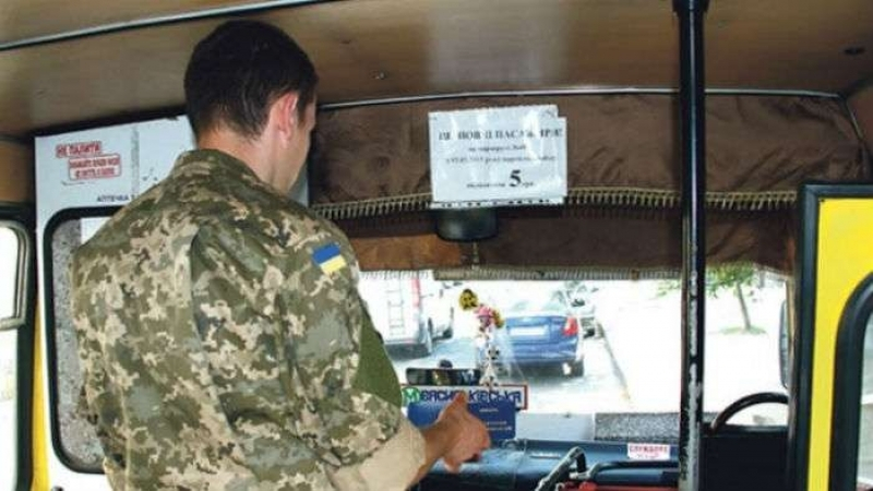 Скандал в маршрутке закончился пинком для АТОшника