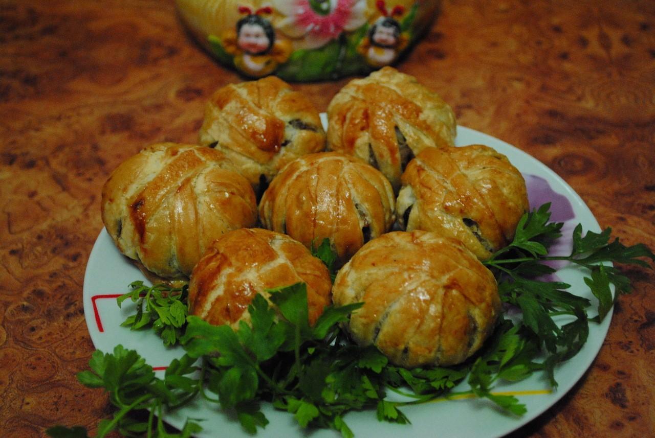 Клубочки из слоеного теста с курицей,  грибами и рисом (рецепт недели)