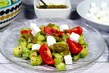 Фото к рецепту: Салат из кабачков с сыром фета и помидорами