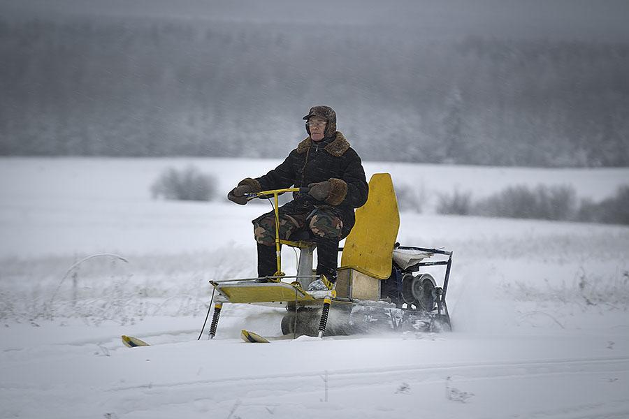 Пенсионер в вятской деревне собрал аэросани, снежный трактор и мотодельтаплан