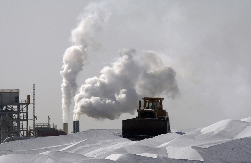 Бульдозер на магниевом заводе возле Мертвого моря