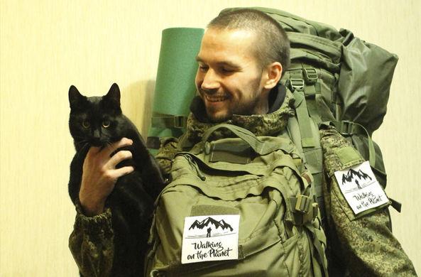Мужчина отправился в поход из Мурманска во Владивосток с котом