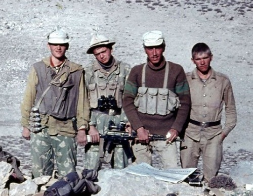 Сразу несколько образцов неуставных «лифчиков» на одном фото - Ограниченный быт ограниченного контингента | Военно-исторический портал Warspot.ru