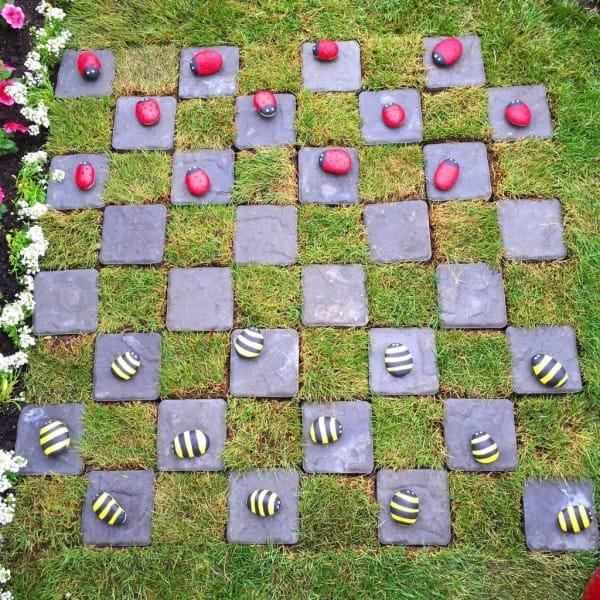 """В саду были предусмотрены даже """"встроенные"""" игры - как, например, вот эти шашки. идеи для дачи, подарки детям, сад"""