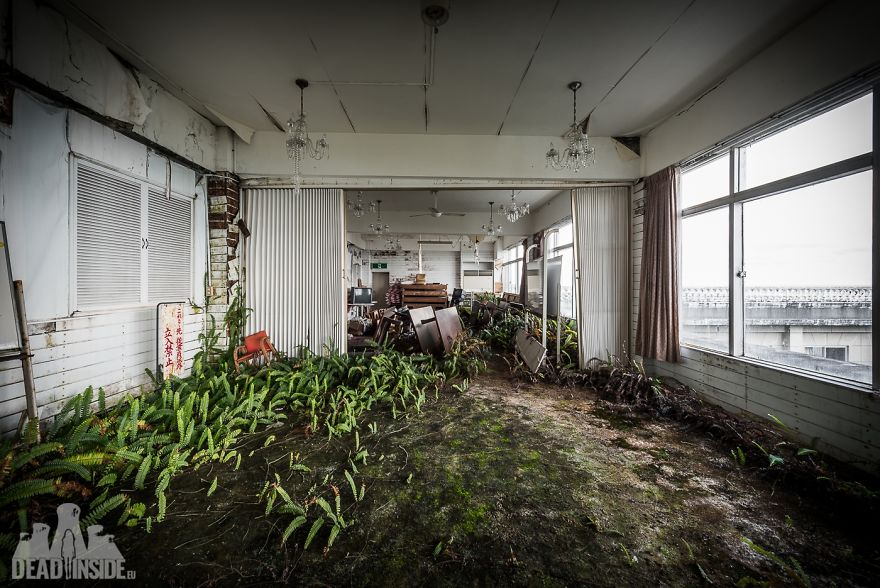 31 Photos That I Took Inside The Biggest Abandoned Hotel In Japan