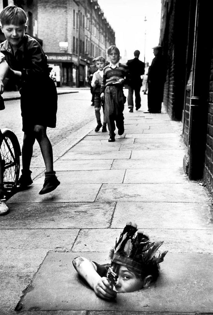 18. Игра в индейца, Лондон, 1954 год  детство, прошлое, фотография