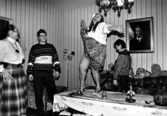 Дочь Леонида Брежнева Галина танцует на столе во время одного из праздников у себя дома. СССР, начало 1990-х годов.