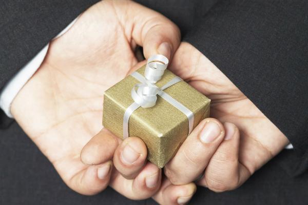 Минпромторг предложил вернуть чиновникам право на дорогие подарки