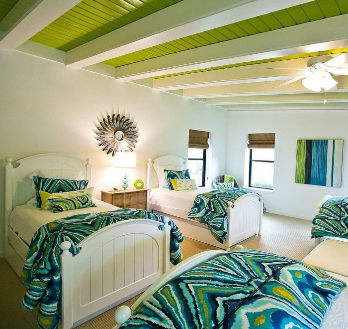 Цветной потолок с зелеными балками.