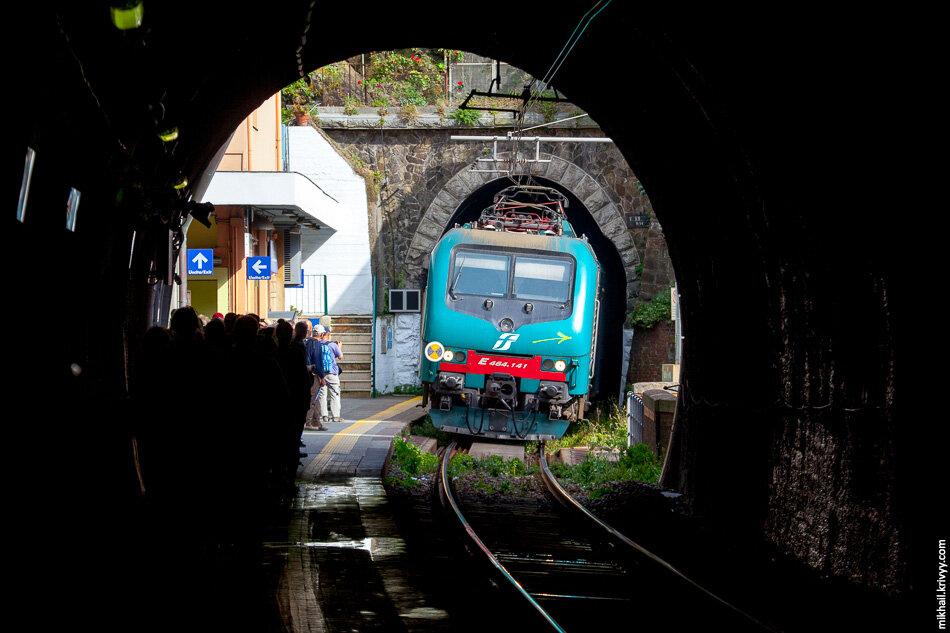 28. В Вернацце большая часть станции находится в тоннеле. Вне тоннеля помещается только два вагона.