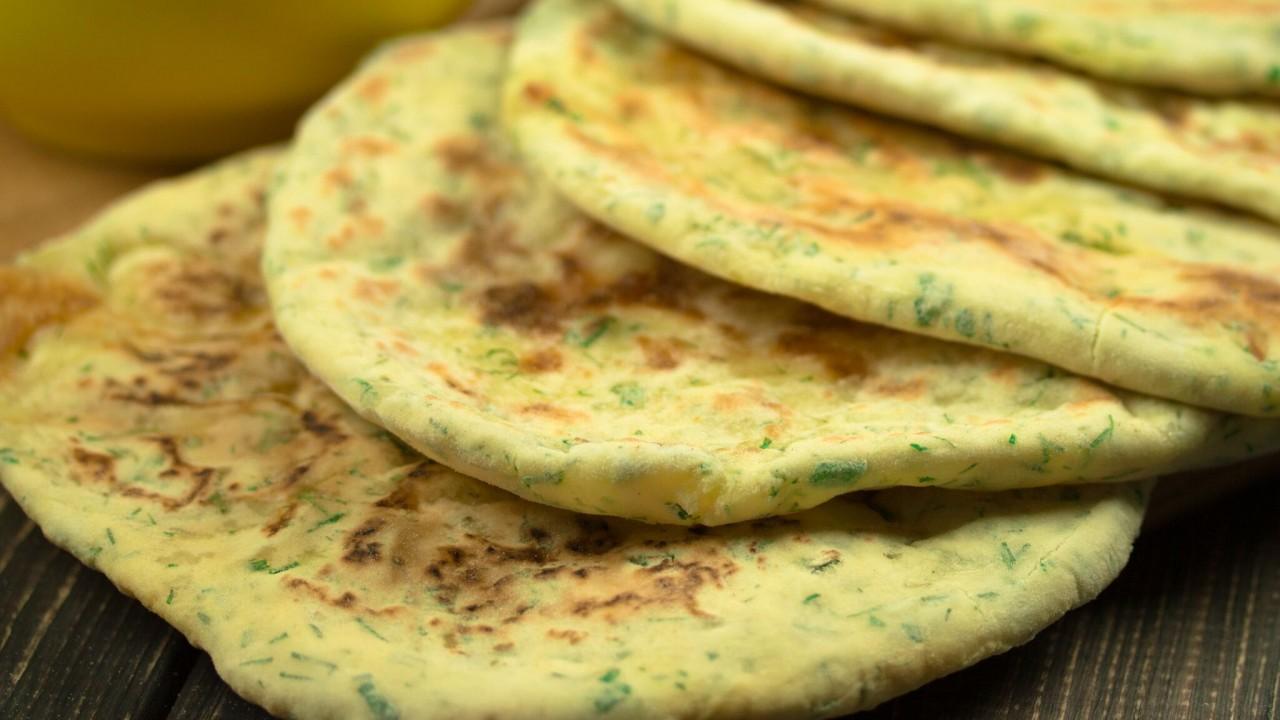 Как приготовить пышные лепешки на сковороде фото пошагово