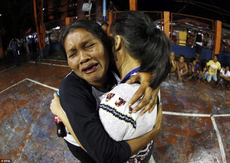 Филиппинские женщины плачут —после операции по борьбе с наркотиками в трущобах в Маниле они увидели, как их родственников убили полицейские    дутерте, филиппины против наркотиков