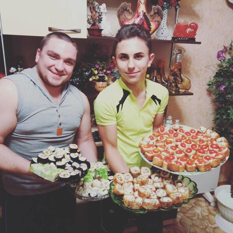 Мужчины накрутили роллов готовка, еда, мужчины, на кухне, умелые руки