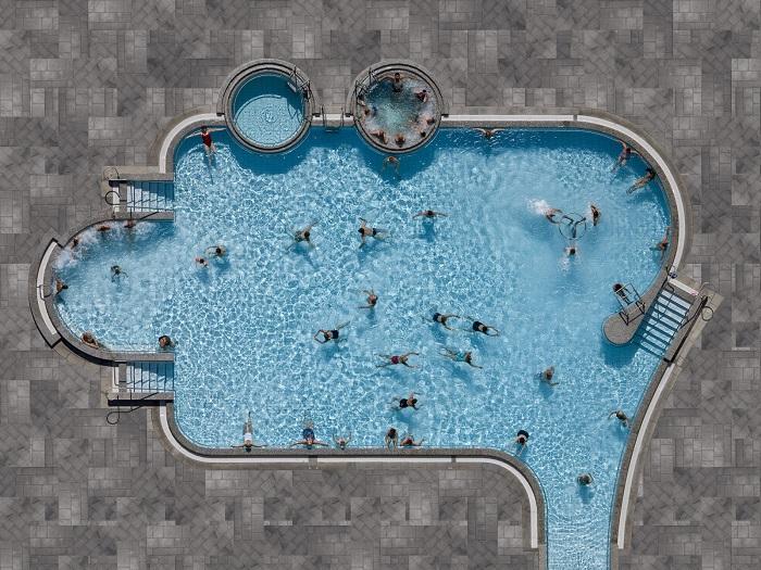 Подобные общественные бассейны представляют идею, что вода должна быть бесплатной и доступной для всех. Фотограф: Стефан Цирвес (Stephan Zirwes), Германия.