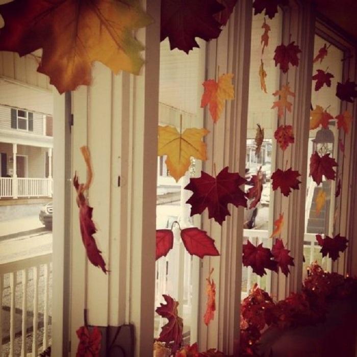 Украшение окна при помощи желтых листьев, что порадует и создаст теплую, уютную обстановку в доме.