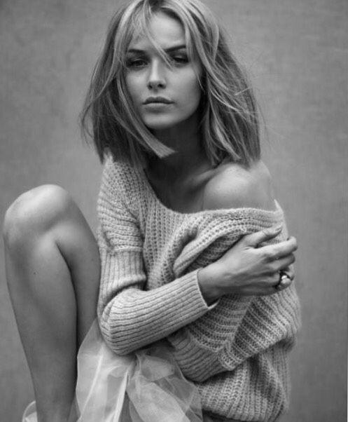 фото женщины в свитере и трусах