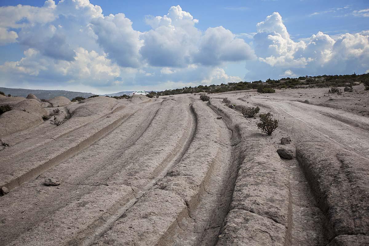 Эти следы от протекторов автомашин возрастом с эпоху динозавров, почему-то никто не хотел объяснять