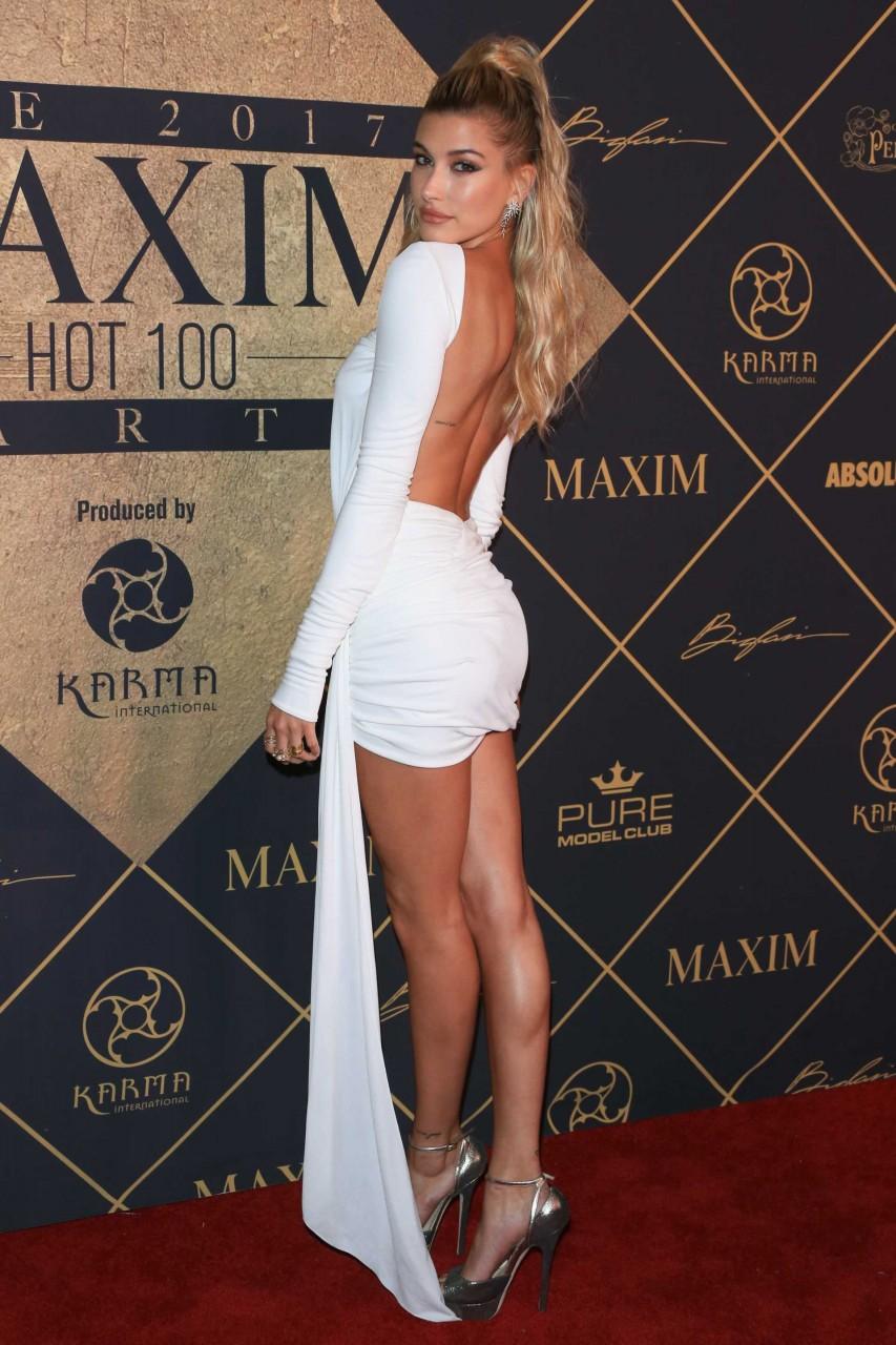 Хэйли Болдуин в белом платье
