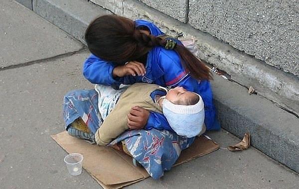 Почему ребенок всегда спит на руках у попрошаек