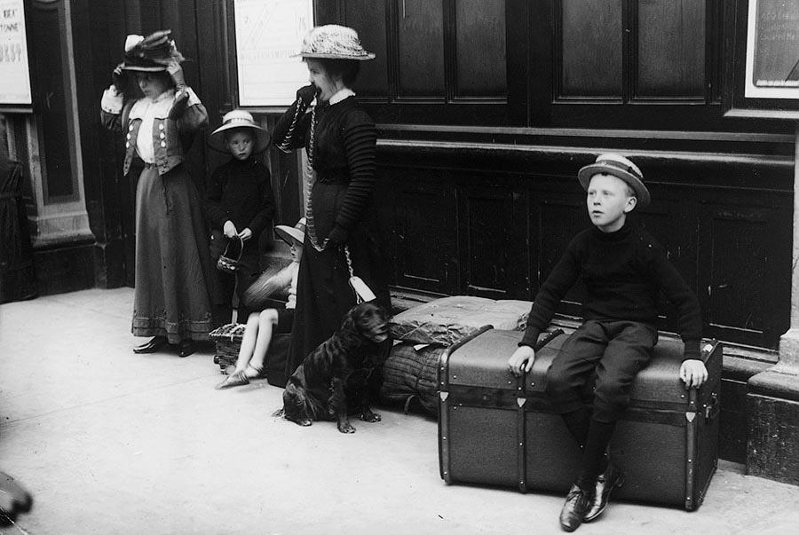 Туристы с багажом ждут прибытия поезда на станции Паддингтон. Великобритания, 1910 год.