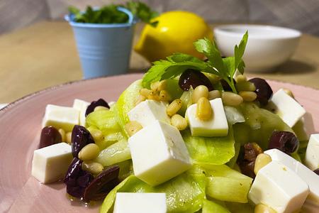 Фото к рецепту: Острый салат из сырых кабачков, сыром и кедровым орехом