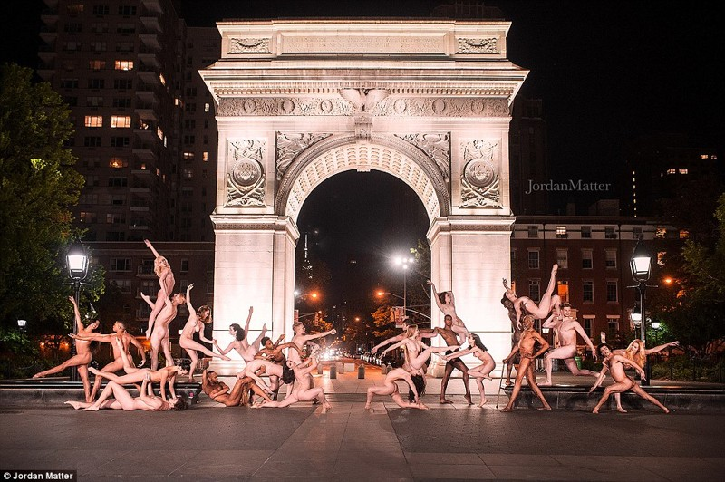 Сотни балерин по всему миру разделись для грандиозной фотосессии