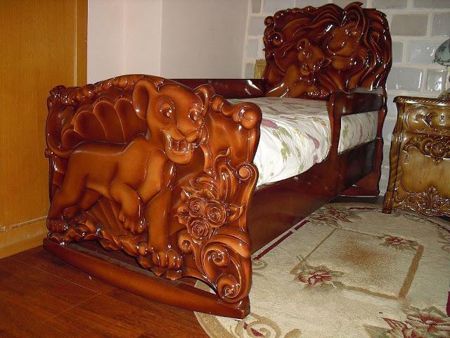 Дед сделал кроватку любимому внуку