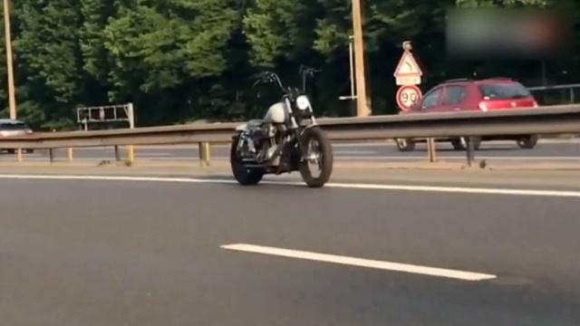 Мотоцикл без водителя промчался несколько километров по автобану во Франции