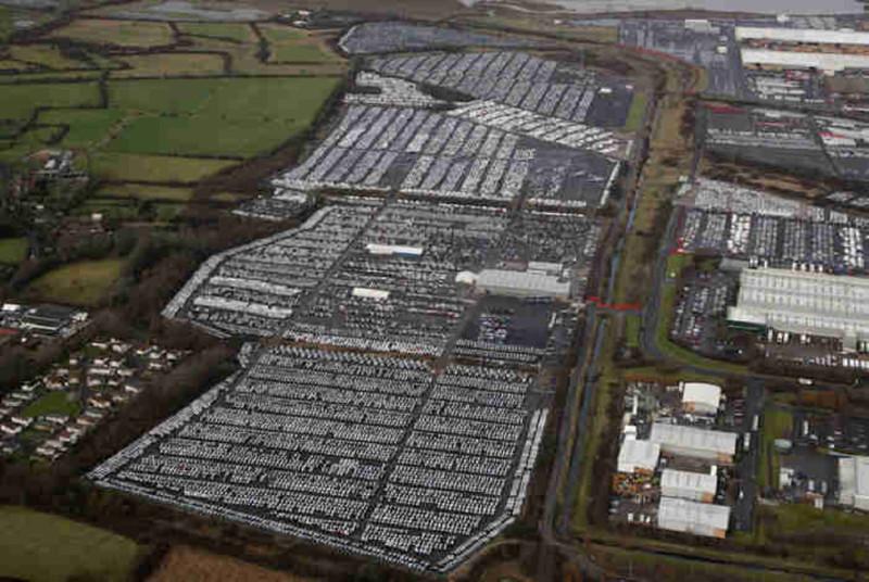 Вот крупная стоянка в местечке Суиндон, Великобритания. Там тысячи и тысячи непроданных машин - но где же покупатели? авто, факты