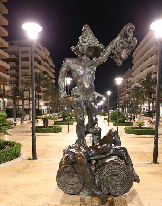 Персей. Сюрреалистическая скульптура Сальвадора Дали. | Фото: lpsphoto.ru.