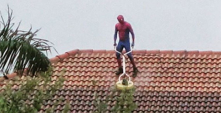 Мужчина выглянул в окно и увидел супергероя, моющего крышу напротив