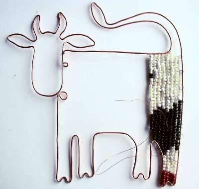 заполняем проволочный корпус коровы бисером и бусинами своими руками