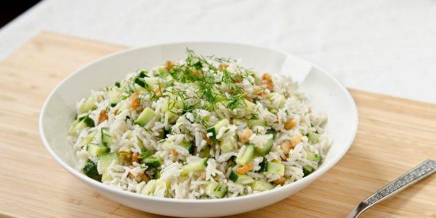 Салат с рисом, огурцом, грецкими орехами и мятой