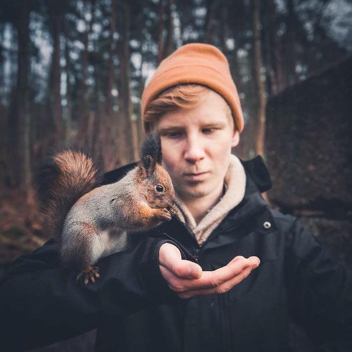 Полное доверие между фотографом и лесным обитателем.