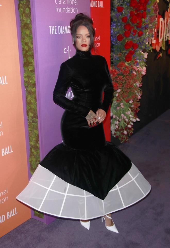 Королева ночи: Рианна в черном бархате на Бриллиантовом балу
