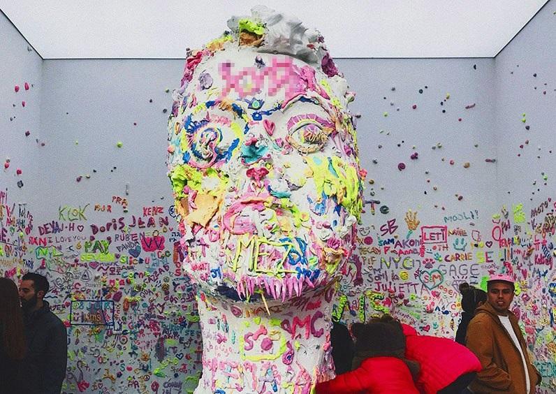 В Нью‐Йорке установили статую головы Кэти Перри. Теперь у нее на лбу слово из трех букв