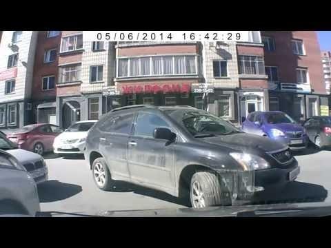 Мадемуазель на Lexus тупит. Бабы за рулем