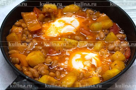 Яйца с овощами и фасолью
