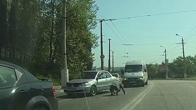 Девушка бросилась под машину, спасая котенка