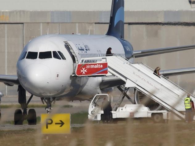Захватчики ливийского самолета озвучили свои требования