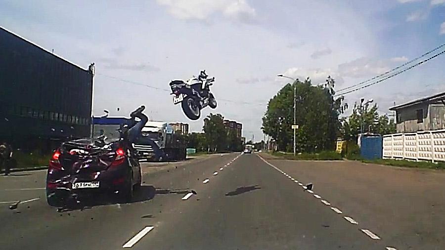 Мотоцикл взлетел в воздух от сильного столкновения