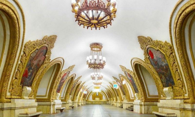 Фотограф показал всю роскошь московского и питерского метро без людей
