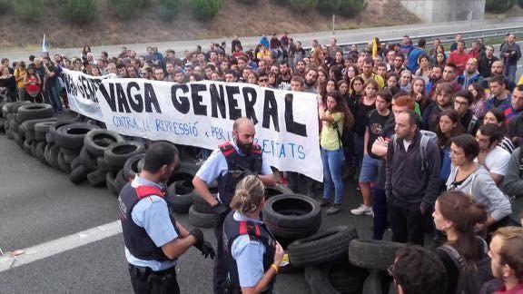 В Барселоне тысячи протестующих строят баррикады