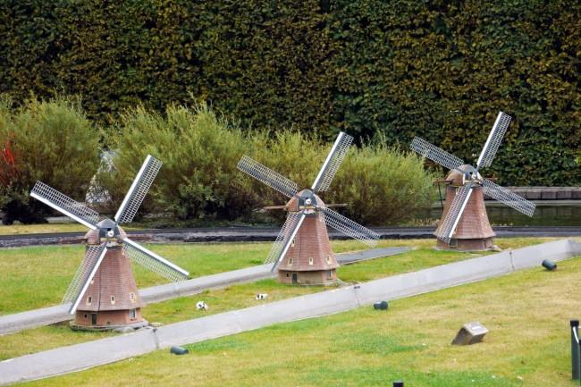 Алея с декоративных ветряков на вашем участке имитирует мини-ферму